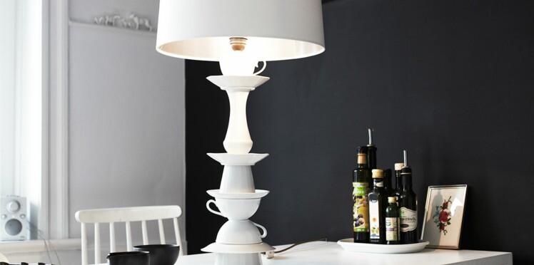 Original et tendance, un pied de lampe en vaisselle chinée