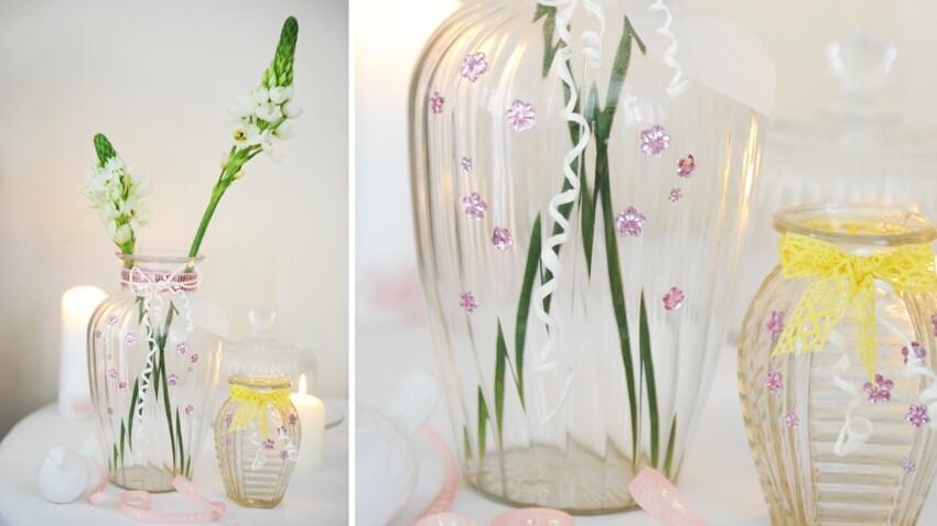 Vases décorés de rubans et de sequins