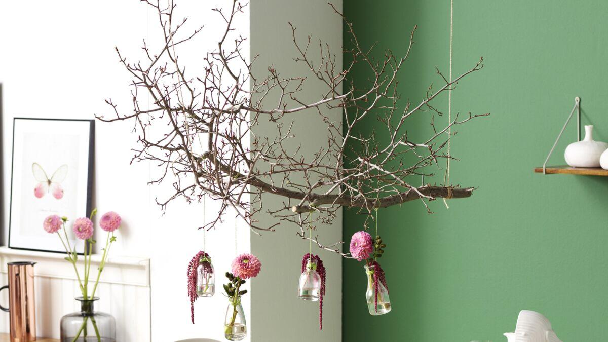 Comment Suspendre Un Plateau Au Plafond une suspension originale en bois : femme actuelle le mag