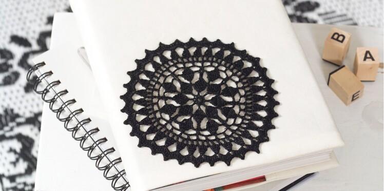 Un carnet customisé d'un napperon au crochet
