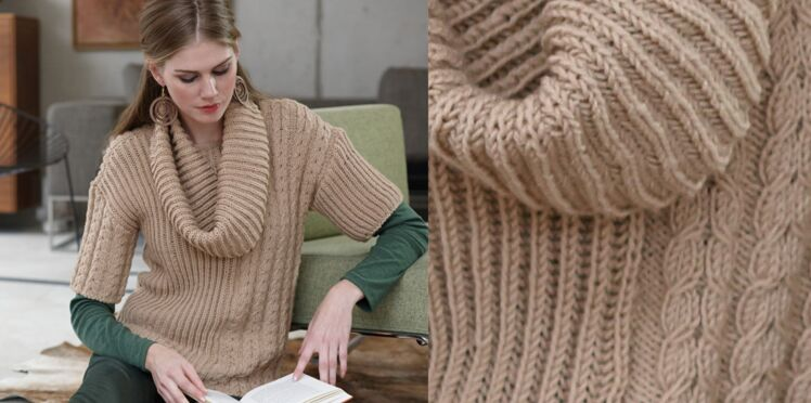 Le pull beige au point torsade et son snood