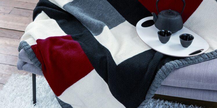 Un plaid à carreaux tricoté en jersey