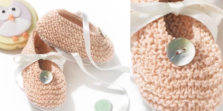 Les chaussons point mousse avec ruban