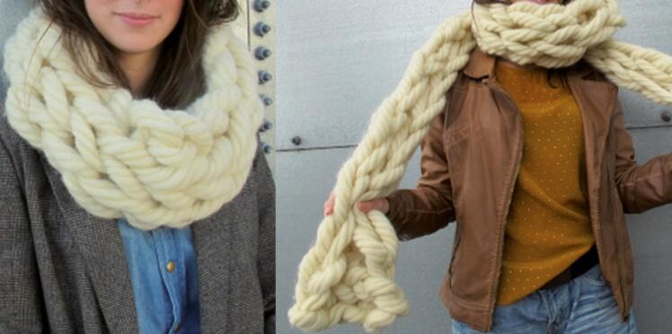 divers styles bon ajustement pas cher un snood et une echarpe tricotes avec les bras : Femme ...