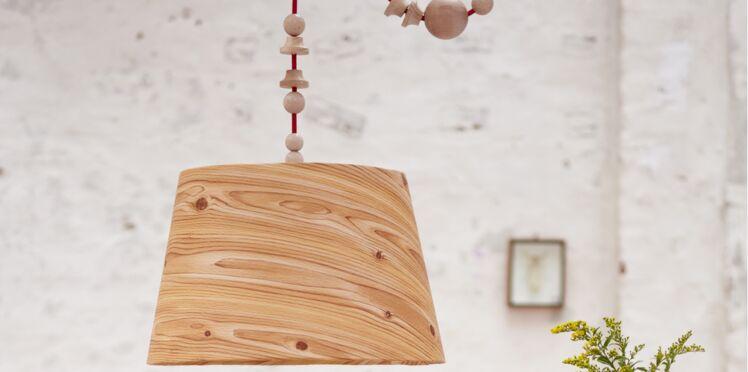 Suspension : un luminaire texture bois