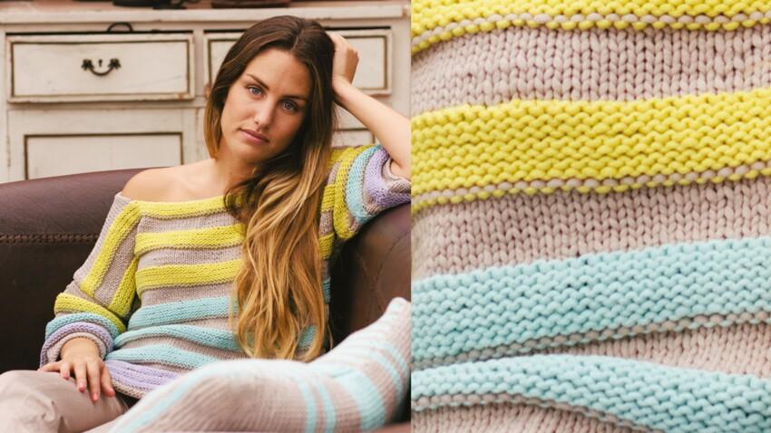 Le pull tricoté à rayures en relief