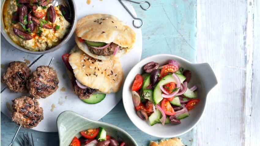 Pita d'agneau et salade croquante aux olives kalamata