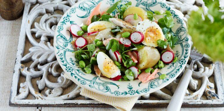 Salade de pommes de terre au saumon et œufs mollets
