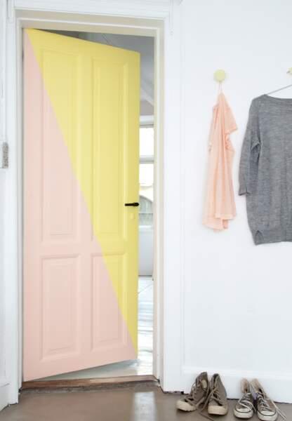 Une déco pastel et géométrique : la porte bicolore