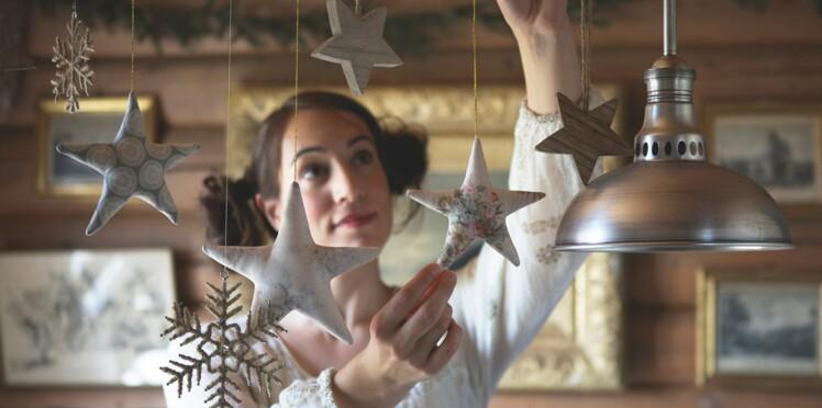 Décorations de Noël : des étoiles suspendues