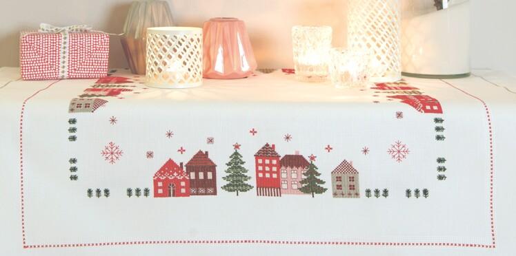 Une nappe brodée aux couleurs de Noël