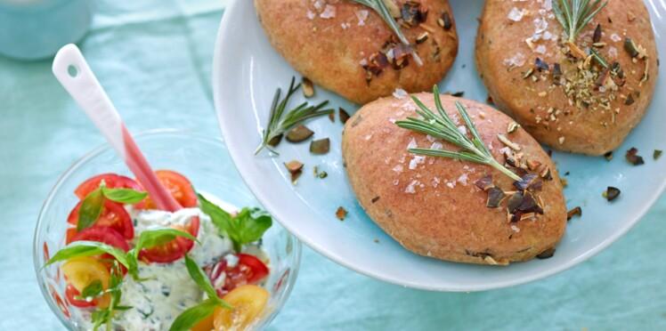 Petits pains au fromage frais et tomates cocktail