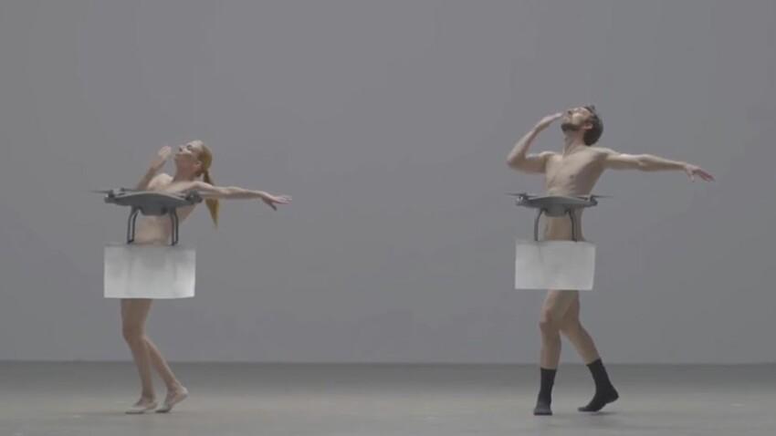 Nus, des artistes dansent avec des drones (vidéo)
