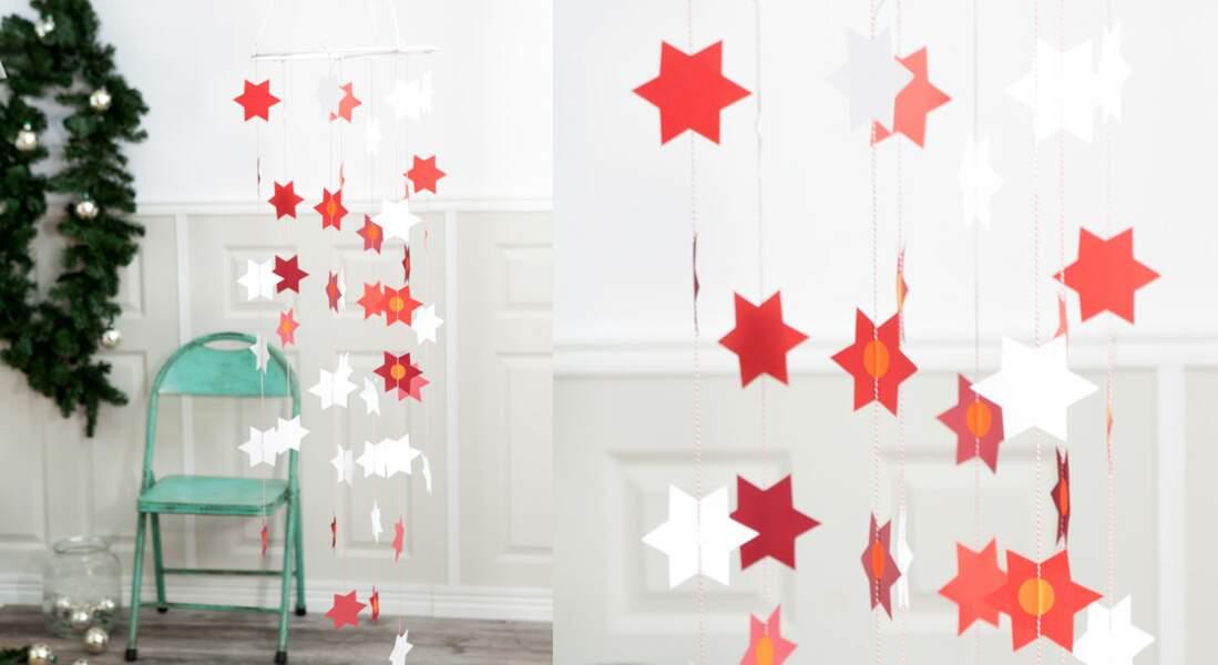 Un mobile d'étoiles en papier pour Noël