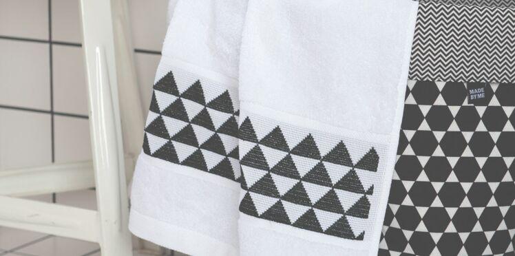 Une frise géométrique à broder sur une serviette