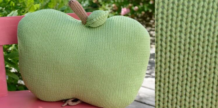 Le coussin pomme tricoté au point jersey