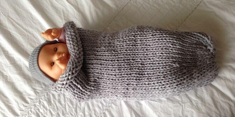 Une chaussette d'emmaillotage au tricot