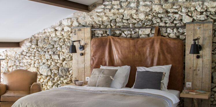 Une tête de lit suspendue en cuir