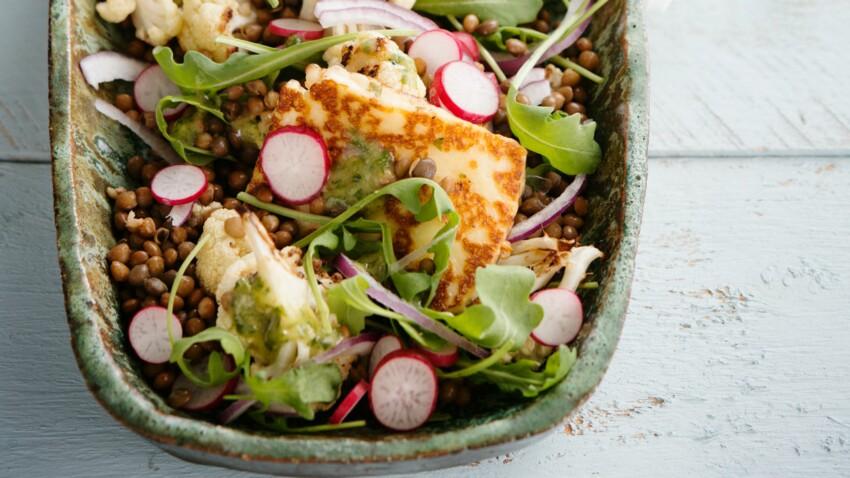 Salade végétarienne au tofu grillé