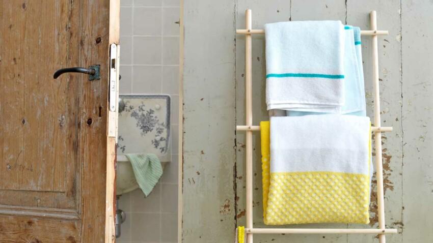 Un sèche-serviettes en bois naturel