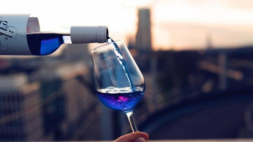 Vous prendrez bien un verre de vin bleu ?