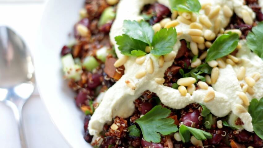 Salade de quinoa rouge aux haricots, sauce crémeuse au tahiné