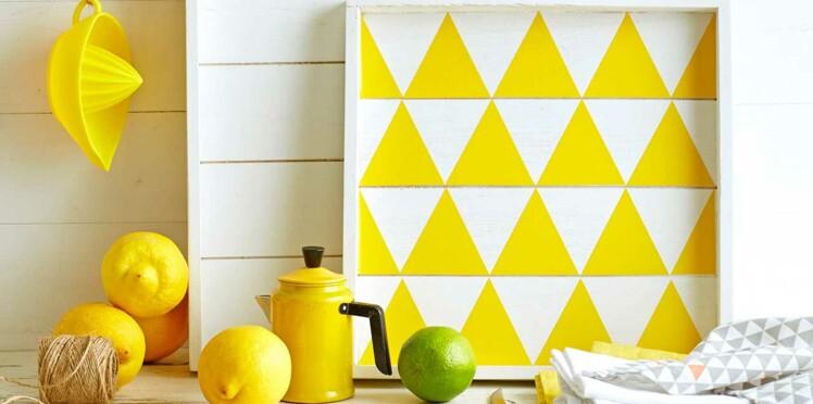 Un plateau en bois jaune citron
