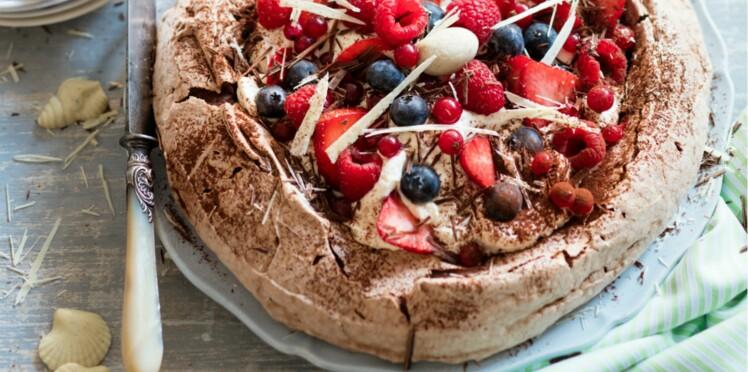 Pavlova au chocolat et aux fruits rouges