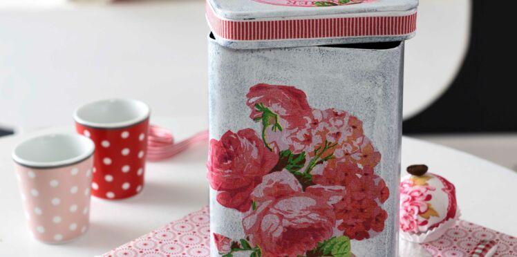 Une boite décorée avec des serviettes en papier