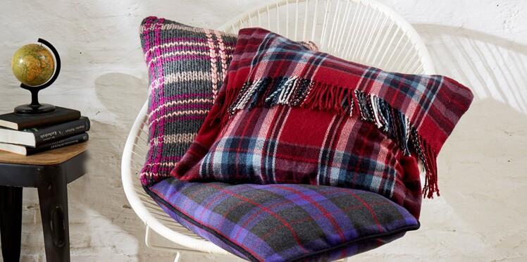 Coussin tricoté au motif écossais