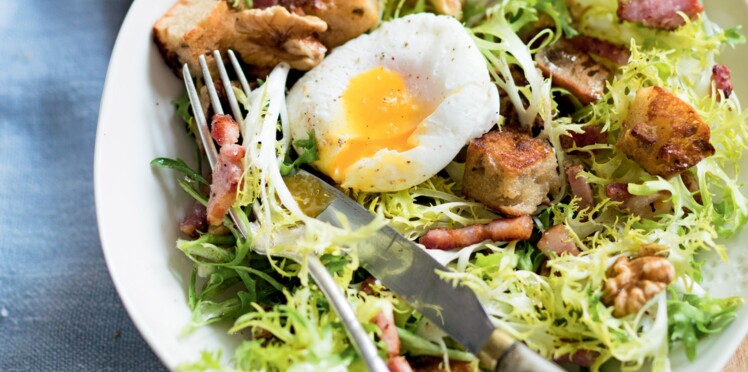 Frisée aux lardons et œuf poché