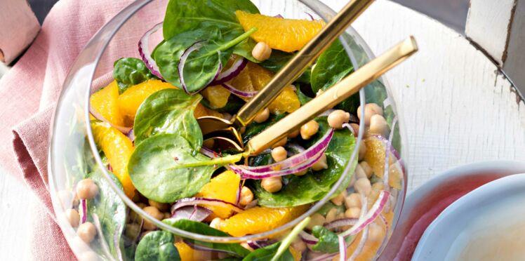 Salade de pois chiches, épinards, orange et oignon rouge