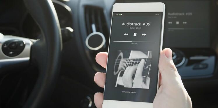 Comment écouter la musique de mon smartphone sur mon autoradio?