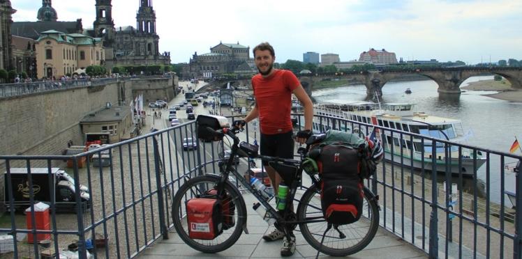 En solo, il parcourt l'Europe à vélo