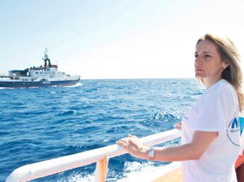 Millionnaire, elle sauve des migrants en Méditerranée