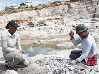 Reportage chez les tailleuses de pierres de Madagascar