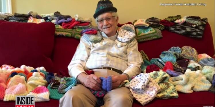 À 86 ans, il apprend à tricoter des bonnets pour les bébés prématurés