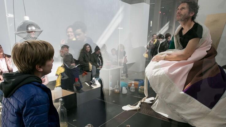 Abraham Poincheval : après avoir couvé des œufs, l'artiste donne naissance à des poussins