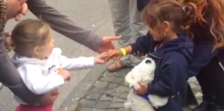 L'accueil touchant d'une fillette allemande à une petite réfugiée syrienne