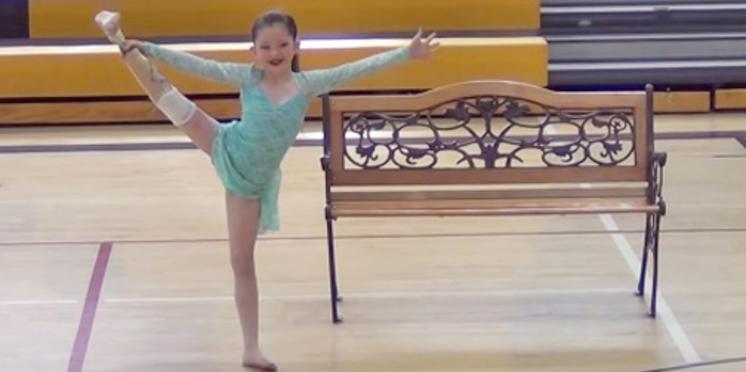 Amputée après un accident, une petite fille recommence à danser
