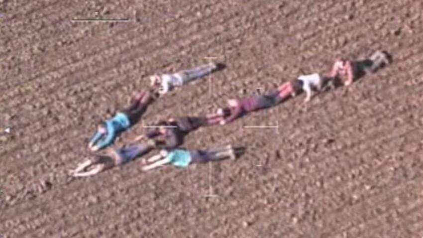 Angleterre : des enfants forment une flèche humaine pour guider la police