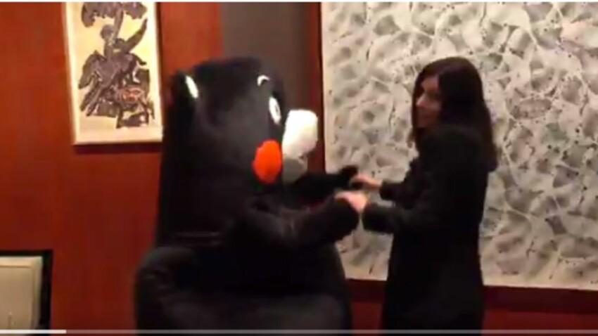Anne Hidalgo danse avec un panda (en peluche) au Japon