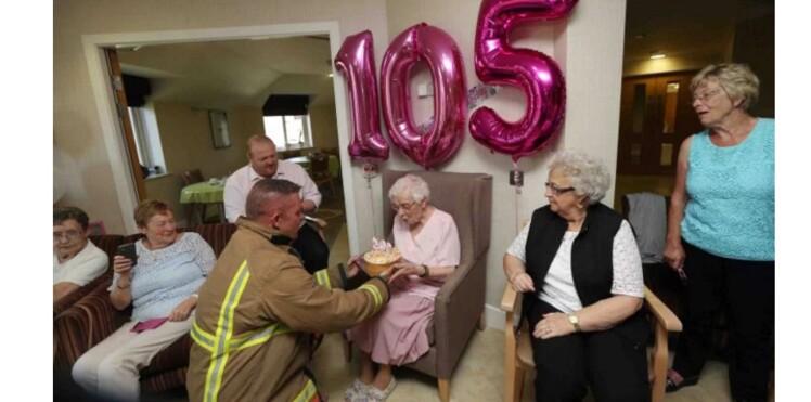 À 105 ans, elle fête son anniversaire avec un pompier tatoué