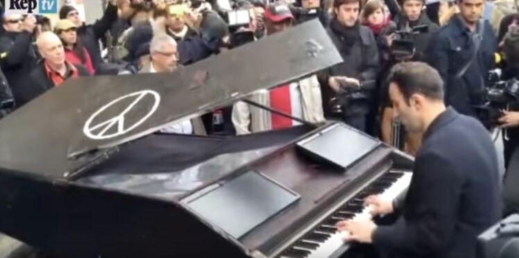 """Vidéo : Il installe un piano devant le Bataclan et joue """"Imagine"""""""