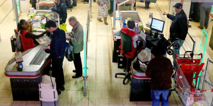 Une caissière d'Auchan fait une fausse couche à son poste et accuse l'enseigne