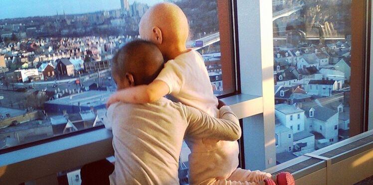 Deux fillettes atteintes de cancer : la photo qui émeut la toile