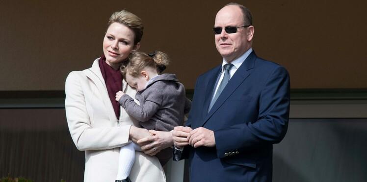 Photos : la Princesse Charlene aux petits soins de Gabriella, toujours aussi timide