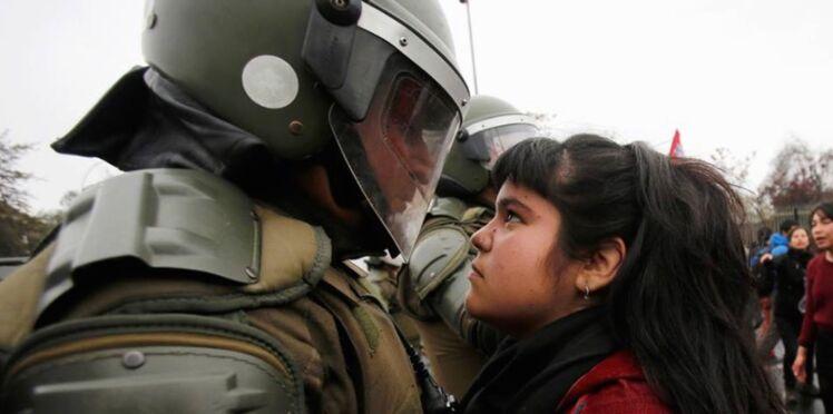 Chili: la photo d'une adolescente défiant la police fait le tour du Web