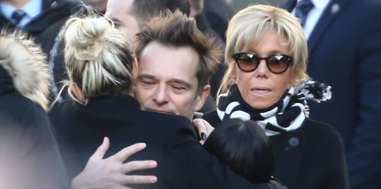 """Comment Brigitte Macron a apaisé les """"tensions"""" dans le clan Hallyday"""