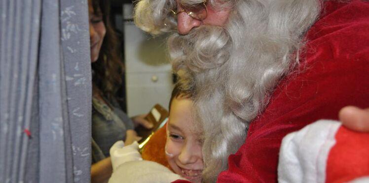 50 enfants malades rencontrent le père Noël dans l'avion !